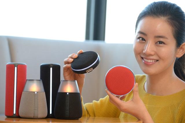 LG전자가 6일 디자인을 강화하고 휴대성을 높인 포터블 스피커 3종을 국내 시장에 출시했다. LG전자 모델이 서울 여의도 트윈타워에서 신제품을 소개하고 있다.