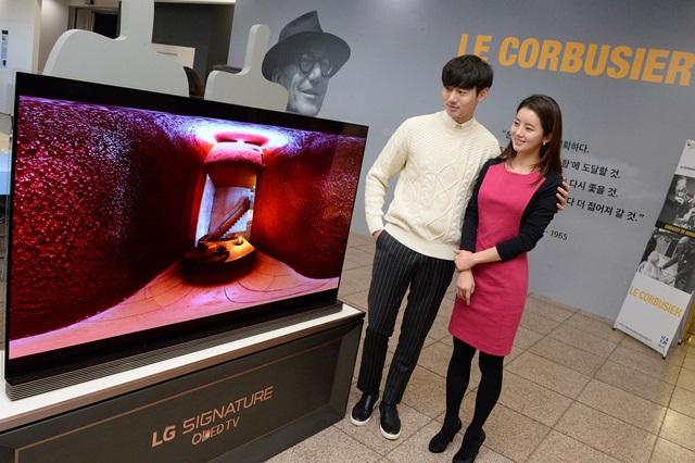 LG전자가 예술의전당 한가람디자인미술관에서 열리는 '르 코르뷔지에展'에 LG SIGNATURE(LG 시그니처) 올레드 TV 를 설치해 르 코르뷔지에의 주요 건축물, 스케치, 다큐멘터리 등을 생생하게 소개한다. 관람객들이 르 코르뷔지에의 건축물 영상을 보고 있다.