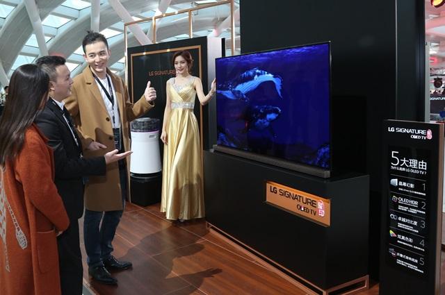 14일 북경 피닉스 국제 미디어센터(Phoenix International Media Centre)에서 열린 LG 시그니처 신제품 발표회에 참석한 사람들이 LG 시그니처 제품을 보고 감탄하고 있다.