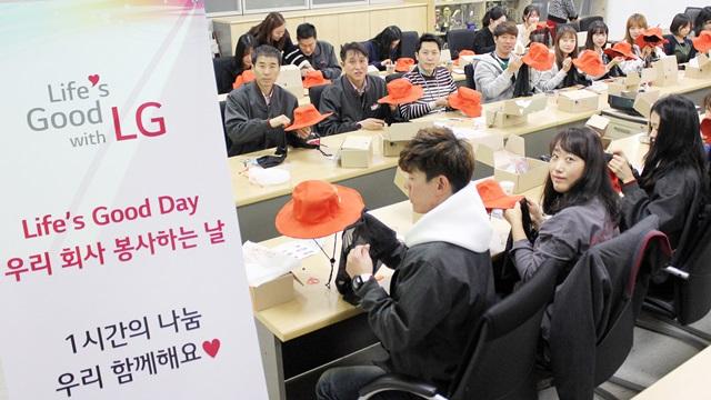 서울, 평택, 창원 등 전국 5개 사업장에 근무하는 LG전자 임직원 400여 명은 오는 19일까지 점심시간을 활용해 '착한 모자  만들기' 봉사활동을 펼친다. 8일 평택 사업장에 근무하는 임직원들이 점심시간에 모여 아프리카 아이들의 눈 건강을 지켜줄  '착한 모자'를 만들고 있다.