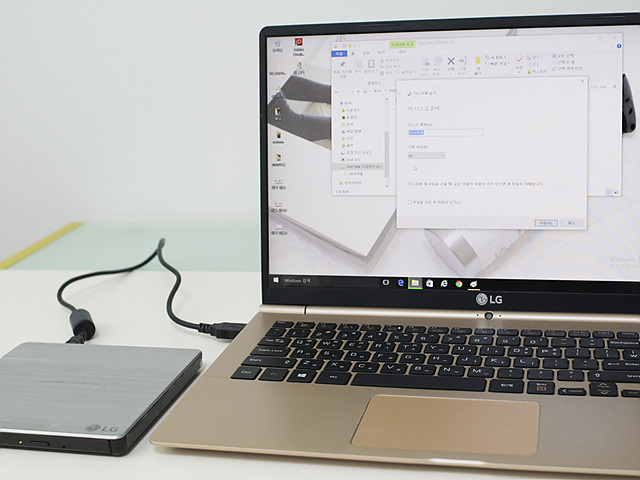 외장하드와 PC를 연결해 사진을 백업중인 모습