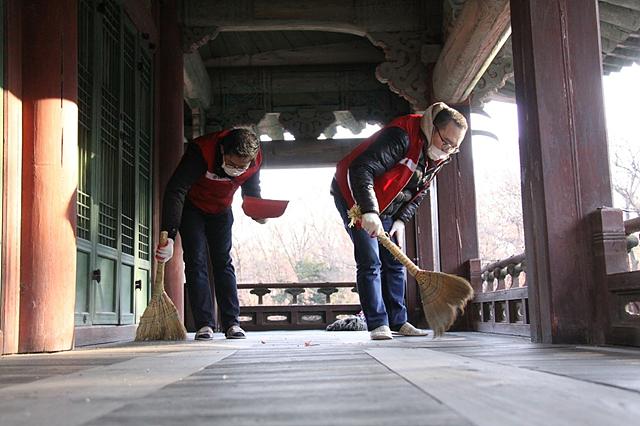 전각 바닥 먼지를 청소 중인 임직원들 (추위에 먼지에 고생이 많으셨어요!)