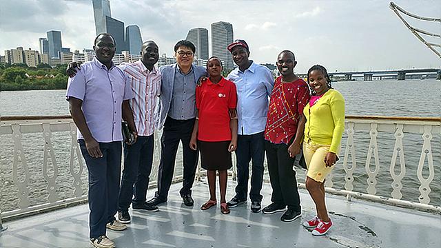 케냐에서 온 므웬데씨는 임직원 봉사단과 함께 즐거운 시간을 보냈다.