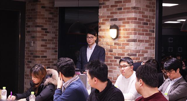 MC상품기획 1팀 황상연 팀장이 '더 블로거'들이 전달한 'V20' 관련 의견이 어떻게 반영됐는지 설명하고 있는 모습