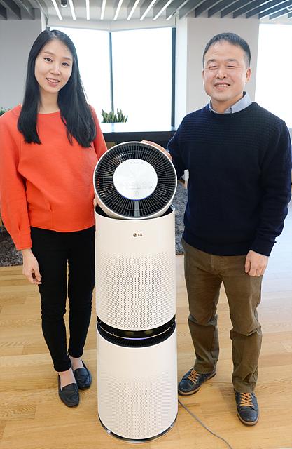 LG 퓨리케어 공기청정기 디자이너 조경철 수석과 한유정 주임의 모습