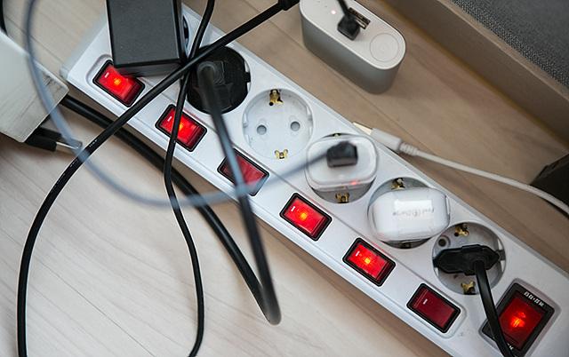 하나의 멀티탭에 다양한 기기를 연결해 어지러운 모습