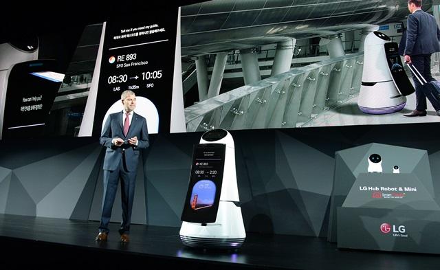 LG전자가 4일(현지시각) 미국 라스베이거스 만달레이베이호텔에서 개최한 글로벌 프레스 컨퍼런스에서 미국법인 마케팅총괄 데이비드 반더월 부사장이 로봇 제품들을 최초로 공개했다.