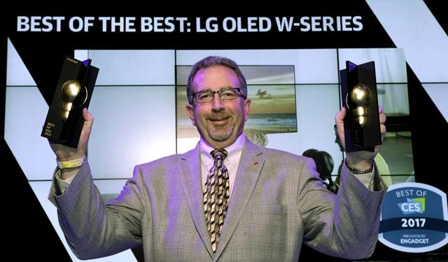 LG전자가 'CES 2017'에서 선보인 'LG 시그니처 올레드 TV W'가 현지시간 7일 전시회의 공식 어워드에서 '최고상(Best of the Best)'과 '최고 TV상(Best TV Product)'상을 동시에 거머쥐며 차원이 다른 기술력을 다시 한 번 입증했다. LG전자 미국법인 마케팅팀 팀 알레시(Tim Alessi)가 엔가젯으로부터 수상을 하며 환호하고 있다.