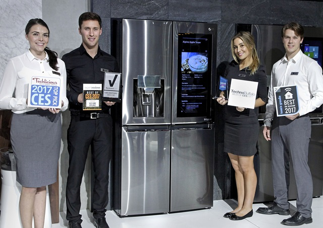 LG전자가 현지시간 8일 폐막한 'CES 2017'에서 90개 어워드를 휩쓸며 기술력을 인정받았다. LG전자 직원들이 8개 유력 매체로부터 상을 받은 '노트온 매직스페이스' 스마트 냉장고 옆에서 포즈를 취하고 있다.