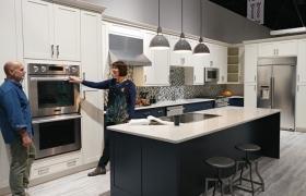 LG전자 직원이 미국 올랜도에서 열리는 미국 최대 주방·욕실 전시회인 'KBIS(The Kitchen & Bath Industry Show) 2017'에 설치된 '시그니처 키친 스위트' 전시관을 살펴보고 있다.