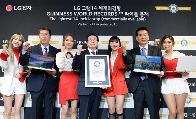 LG전자는 그램 14 노트북이 세계에서 가장 가벼운 14인치 노트북으로 월드 기네스북에 등재됐다고 12일 밝혔다. LG전자 IT BD 담당 장익환 상무(사진 가운데), PC개발실장 이성호 상무(오른쪽에서 두번째), HE마케팅FD 손대기 담당(왼쪽에서 두번째)이 서울 여의도 LG트윈타워에서 열린 기네스 인증 수여식에서 걸그룹 마마무와 함께 포즈를 취하고 있다.