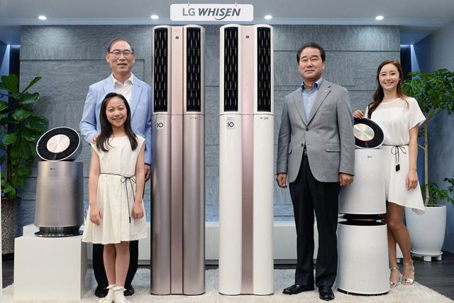 LG전자 H&A사업본부장 송대현 사장(왼쪽 뒷편)과 한국영업본부장 최상규 사장(오른쪽에서 두번째)이 모델과 함께 16일 서울 여의도동 LG트윈타워에서열린 '휘센 듀얼 에어컨' 출시 기자간담회에서 '휘센 듀얼 에어컨'을 소개하고 있다.