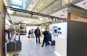 LG전자가 독일 베를린 시내 고급 쇼핑몰 '스틸베르크'에 마련한 'LG 시그니처' 체험존에서 고객들이 주요 제품을 체험하고 있다.