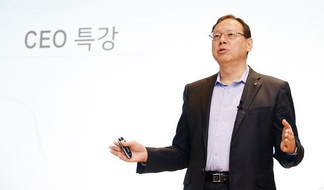 LG전자 조성진 부회장이 20일 평택 러닝센터에서 열린 '글로벌 영업∙마케팅 책임자 워크샵'에서 올해 사업 전략을 설명하고 있다.