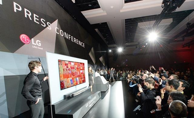LG전자가 4일(현지시각) 미국 라스베이거스 만달레이베이호텔에서 개최한 글로벌 프레스 컨퍼런스에서 미국법인 마케팅총괄 데이비드 반더월 부사장이 'LG 시그니처 올레드 TV W'를 소개하고 있다.