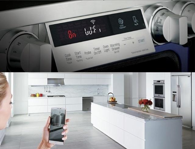 LG전자는 올해부터 일반가전에 이어 빌트인 가전에도 스마트 기능을 기본 탑재한다. 사진은 스마트폰을 이용해 초프리미엄 빌트인 가전 '시그니처 키친 스위트'의 전기오븐을 제어하고 있는 모습.