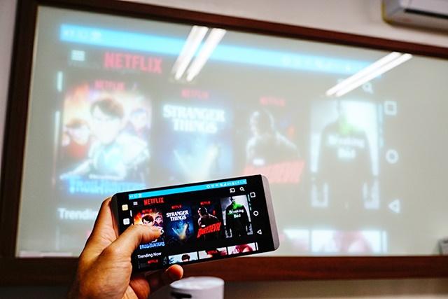 스마트폰으로 작동한 '넷플릭스'를 LG 프로빔 TV로 스크린에 투사한 모습