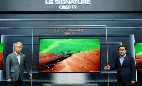 LG전자가 23일 서울시 서초구 양재동 소재 서초R&D캠퍼스에서 '2017형 TV 신제품 발표회'를 개최했다. LG전자 HE사업본부장 권봉석 부사장(왼쪽)과 한국영업본부장 최상규 사장(오른쪽)이 'LG 시그니처 올레드 TV' 신제품을 소개하고 있다.