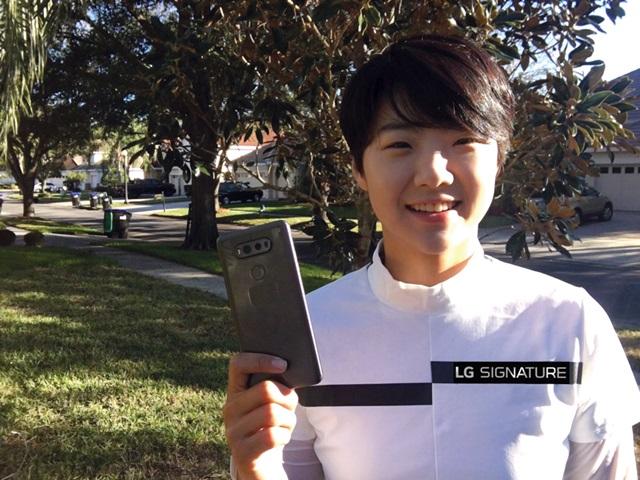LG전자가 세계 무대에서 활약하는 여자 프로골퍼 전인지 선수와 박성현 선수를 공식 후원한다. 'LG 시그니처' 로고가 표기된 옷을 입은 박성현 선수가 LG V20를 들고 환하게 웃고 있다.