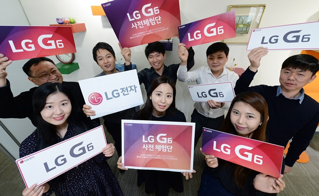 LG전자(066570, www.lge.co.kr)가 15일부터 24일까지 국내에서 고객을 대상으로 전략 스마트폰 'LG G6 사전 체험단'을 모집한다. LG 임직원들이 'LG G6 사전 체험단'을 소개하고 있다.