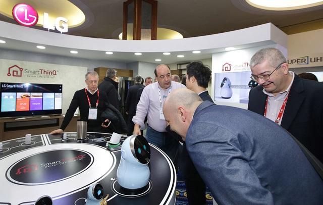 LG전자가 글로벌 주요 거점지역에서 신제품 발표회를 개최하며 글로벌 프리미엄 시장 공략을 본격 강화한다. 현지시간 14일 그리스 크레타섬에서 열린 'LG 이노페스트(InnoFest)'에 참가한 관람객들이 허브 로봇을 체험하고 있다.