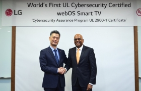 LG전자가 글로벌 안전규격 개발 및 인증 기관인 'UL(Underwriters Laboratories)'로부터 스마트 TV 플랫폼인 '웹OS 3.5'에 대한 사이버 보안 인증규격 'CAP(Cybersecurity Assurance Program)'를 획득했다. 스마트 TV 가운데 UL CAP 인증을 받은 것은 LG전자가 처음이다. LG전자 HE연구소장 황정환 전무와 UL 컨슈머 사업 부문 사지브 제수다스(Sajeev Jesudas) 사장이 악수를 하고있다.