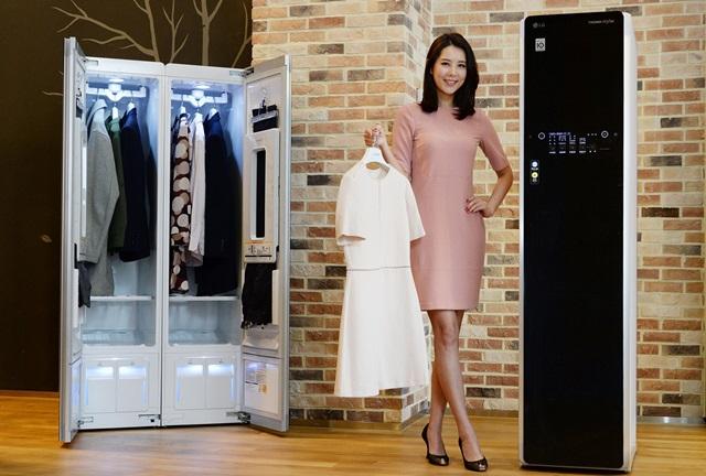 LG전자 모델이 서울 영등포구 여의대로 LG트윈타워에서 '스타일러'를 소개하고 있다. 스타일러는 국내시장에서 지난 1월 한 달 동안 월간 기준으로 처음으로 1만대 넘게 팔리며, 필수 가전으로 자리를 잡아가고 있다.