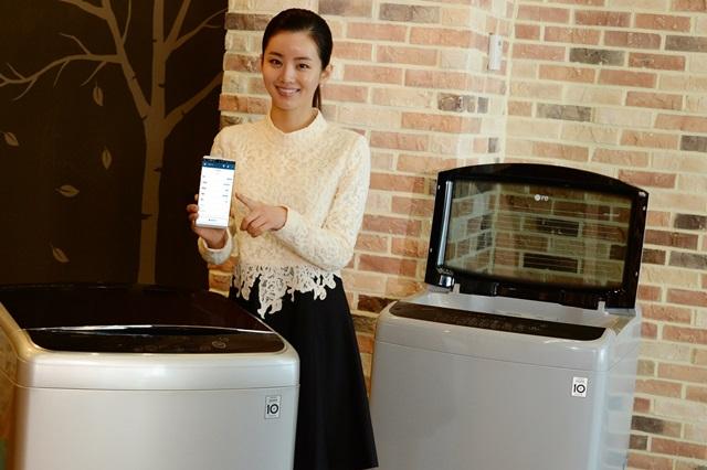 LG전자 모델이 서울 여의도 LG 트윈타워에서 '블랙라벨 플러스'를 소개하고 있다. 이 제품은 통돌이 세탁기 가운데 국내 최초로 무선랜을 적용해 다양한 스마트 기능을 탑재한 것이 특징이다.