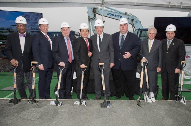 LG전자가 현지시각 7일 미국 뉴저지주(州) 잉글우드 클리프에서 LG 북미 신사옥 기공식을 열었다. LG전자는 총 3억 달러를 투자해 2019년 LG 북미 신사옥을 완공할 예정이다.(맨 왼쪽부터 고든 존슨(Gordon M. Johnson) 뉴저지주 하원의원, 마리오 크랜작(Mario M. Kranjac) 잉글우드 클리프 시장, 제임스 테데스코(James Tedesco) 버겐타운티장, LG전자 북미지역대표 겸 미국법인장 조주완 전무, 환경보호 전문 변호사 래리 록펠러(Larry Rockefeller), 릭 사바토(Rick Sabato) 버겐카운티 건축노조위원장, 프랭크 허틀(Frank Huttle III)잉글우드 시장, 폴 살로(Paul A. Sarlo) 뉴저지주 상원의원 순임)