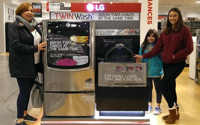 LG전자가 올해 LG 트윈워시 출시 국가를 전년 대비 2배로 확대해 글로벌 80여 개국 소비자들에게 신개념 세탁 문화를 선사한다. 미국 뉴저지주의 한 가전 매장에서 소비자들이 LG 트윈워시 앞에서 웃고 있다.