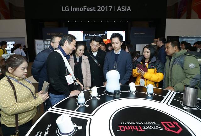 LG전자가 6일부터 8일까지 제주도에서 개최하는 'LG 이노페스트'에 참석한 고객들이 가정용 허브 로봇을 체험하고 있다.