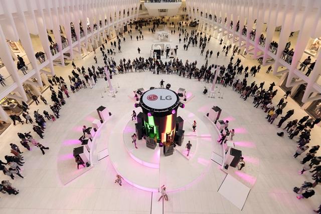 LG전자가 현지시간 7일 미국 뉴욕의 월드트레이드센터 역(驛)에 위치한 대형 쇼핑몰 '오큘러스(Oculus)'에서 '노크온 매직스페이스' 냉장고를 활용한 음악과 화려한 영상, 열정적인 춤이 어우러진 깜짝 이벤트를 진행했다. '오큘러스'를 찾은 방문객들이 LG전자의 이벤트를 관람하고 있다.