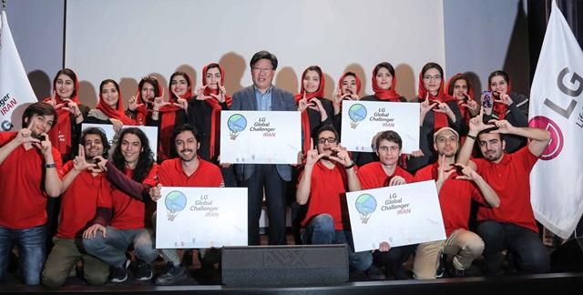LG전자가 이란 대학생들을 대상으로 'LG 글로벌 챌린저' 프로그램을 실시한다. 9일 이란 테헤란에 위치한 카네 하마예쉬 컨벤션 센터에서 열린 발대식에서 'LG 글로벌 챌린저'에 선발된 대학생들이 손으로 LG 로고를 그리며 환하게 웃고 있다. 사진 가운데는 LG전자 이란법인장 안득수 상무.