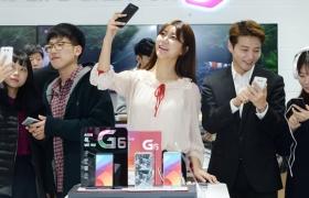 LG전자 전략 프리미엄 스마트폰 LG G6가 출시 이틀 만에 개통 3만 건을 넘어서며 인기몰이를 시작했다. LG전자는 사전 체험 행사의 높은 관심, 국내외 호평, 예약판매 호조 등 LG G6의 초반 흥행몰이가 판매 성과로 이어지고 있는 것으로 보고 있다.12일 남대문에 위치한 한 이동통신사 매장 방문객들이 LG G6를 체험하고 있다.
