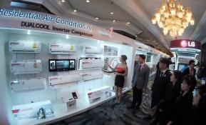 LG전자가 해외 시장에 출시하는 생활가전 全 제품에 고효율, 고성능, 저소음 등에 탁월한 인버터 기술을 적용해 LG 가전의 프리미엄 이미지를 강화한다. LG전자 태국법인이 2일 방콕 센타라 그랜드(Centara Grand)호텔에서 개최한 '인버터 가전 공개 행사'에서 주요 거래선들이 LG 듀얼쿨(DUALCOOL) 인버터 에어컨을 보고 있다.