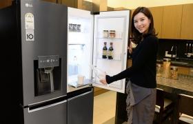 LG전자가 14일 '얼음정수기', '매직스페이스' 등 LG만의 차별화된 기능을 갖춘 2017년형 LG 디오스(DIOS) 냉장고를 출시했다. LG전자 모델이 신개념 수납공간 '매직스페이스' 및 깨끗한 물과 얼음을 제공하는 디오스 얼음정수기냉장고 신제품(모델명:J829SB36)을 소개하고 있다.