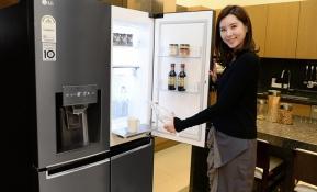 LG전자가 14일 '얼음정수기', '매직스페이스' 등 LG만의 차별화된 기능을 갖춘 2017년형 LG 디오스(DIOS) 냉장고를 출시했다. LG전자 모델이 신개념 수납공간