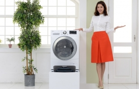 LG전자가 23일 세탁실 면적이 좁아도 설치할 수 있는 '슬림' 트롬 트윈워시(12kg 트롬 드럼세탁기+2kg 미니워시)를 출시하며 신개념 세탁 문화의 저변을 확대한다. 특히 상단 드럼세탁기에 다양한 진동 저감 기술을 적용, 제품 외관 크기는 작게 유지하면서도 내부 드럼의 부피를 최대한 키우며 '트윈워시'에 혁신을 더했다.