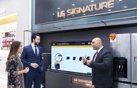 LG전자가 카타르 최대의 쇼핑센터 '몰 오브 카타르'에 300제곱미터 규모의 프리미엄 브랜드샵을 열며 중동 프리미엄 시장을 적극 공략한다. LG전자 카타르 브랜드샵을 방문한 고객이 LG 시그니처 올레드 TV를 체험하고 있다.