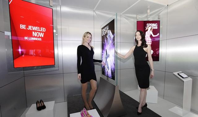 LG전자가 29일(현지시간)부터 미국 라스베이거스에서 이틀간 열리고 있는 상업용 디스플레이 전시회 DSE(Digital Signage Expo)에 참가해 혁신적인 올레드 사이니지 제품들을 공개했다. LG전자 모델들이 투명 강화유리 양면에 올레드 사이니지를 붙여 화면이 공중에 떠있는 것처럼 깔끔한 '올레드 인글라스(In-Glass) 사이니지' 를 소개하고 있다