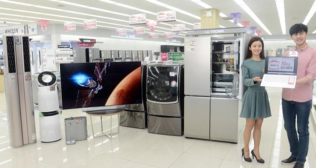 서울 마포구 신촌로에 있는 LG전자 베스트샵 동교점 매장에서 모델들이 LG전자가 그룹 창립 70주년을 맞아 실시하는 '사랑해요 LG' 감사 대축제'를 소개하고 있다.
