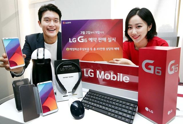 LG전자가 전략 스마트폰 'LG G6' 출시를 앞두고 총 45만원 상당의 프리미엄급 혜택을 제공하는 예약 판매를 실시한다. LG전자는 모든 'LG G6' 예약 구매 고객에게 '액정 파손 무상보증 프로그램'과 '정품 케이스' 등 25만원 상당의 혜택을 제공한다. 또, 모든 구매 고객에 최고급 '톤플러스' 등 최대 20만원 상당 사은품 추가 제공한다.모델이 서울 스퀘어에서 LG G6 예약판매 행사를 소개하고 있다.