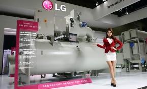 LG전자가 7일부터 나흘간 일산 킨텍스에서 열리는 '2017 한국국제냉난방공조전(HARFKO)'에서 최첨단 총합 공조 솔루션을 선보인다. LG전자 모델이 LG전자가 독자 개발한 마그네틱 베어링 컴프레서를 탑재해 세계 최고 수준의 에너지 효율을 갖춘 무급유(Oil Free) 인버터 터보 칠러 신제품을 소개하고 있다.