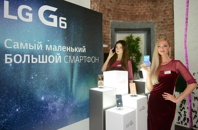 LG전자는 17일 러시아와 CIS 지역에 출시한다. 이 지역을 아우르는 6대 유통사의 온•오프라인 매장에 모두 LG G6를 공급한다. LG G6는 현지 유력 IT 전문매체 '4PDA.RU'로부터 '최우수 디자인 제품(Best Look)'으로 선정되는 등 현지의 호평을 받고 있다. 최근 출시를 앞두고 열린 LG G6 공개 행사에서 모델들이 LG G6를 소개하고 있다.