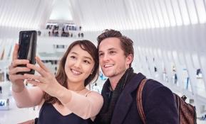 LG전자가 전략 프리미엄 스마트폰 LG G6의 미국 출시를 앞두고 미국 전역 총 2만5,000여 매장에 LG G6를 체험할 수 있는 공간 마련, 글로벌 TV 광고 공개, 활발한 온라인 마케팅 전개 등 공격적인 마케팅에 나섰다. 사진은 풀비전 디스플레이와 광각 카메라 등 LG G6의 차별적인 장점들을 체험해 보고 있는 미국 소비자들의 모습.