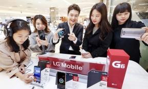 LG전자는 5월 7일까지 전국 16개 백화점 가전매장에 LG G6 체험존을 설치, 운영하는 프리미엄 마케팅을 실시한다. LG전자 직원이 백화점 체험존을 방문한 소비자들에게 한 손으로 다루기 쉬운 크기와 그립감을 유지하면서 화면은 키운 풀비전 디스플레이를 소개하고 있다.