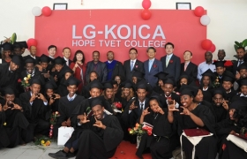 LG-KOICA희망전문학교 졸업식01/02: LG전자가 한국국제협력단 KOICA(코이카)와 협력해 에티오피아에 설립한 LG-KOICA 희망직업훈련학교가 처음으로 졸업생을 배출했다. 1일 에티오피아 LG-KOICA 희망직업훈련학교에서 열린 졸업식에서 학생들과 관계자들이 기념촬영을 하고 있다.