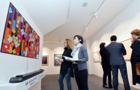 LG전자가 서울시 강남구에 위치한 케이옥션 아트타워 전시장에 'LG SIGNATURE(시그니처) 올레드 TV W'를 설치하고, 경매에 출품되는 주요 미술작품을 소개하고 있다. 관람객들이 'LG 시그니처 올레드 TV W'를 통해 경매에 출품된 작품을 살펴보고 있다.
