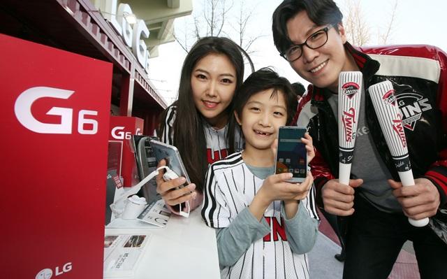 LG전자가 프로야구 개막을 맞아 잠실 야구장에 'LG G6' 체험 공간을 마련한다. LG전자는 6일까지 LG트윈스 홈경기가 열리는 잠실야구장 중앙 매표소 부근에 'LG G6' 체험 공간을 설치해 제품 소개는 물론, 다양한 이벤트도 진행한다. 잠실야구장을 찾은 관객들이 방수 등 'LG G6' 특장점을 체험해보고 있다.