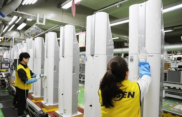 LG전자 직원들이 2일 에어컨 생산라인에서 휘센 듀얼 에어컨을 생산하고 있다. LG전자는 지난해 보다 1달 이상 빠른 3월 중순부터 주말에도 쉬지 않고 에어컨 생산라인을 풀 가동하고 있다.